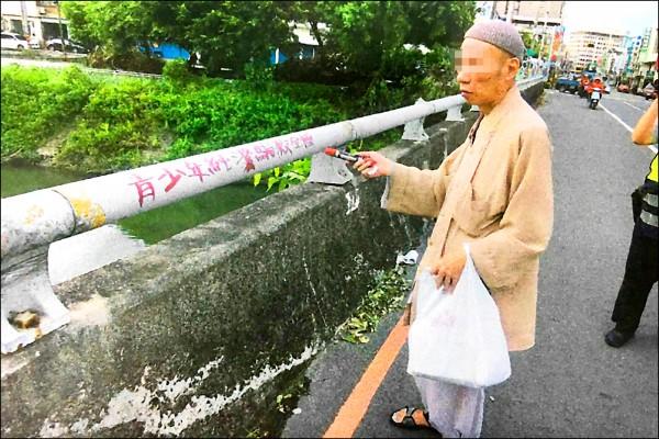 張嫌穿袈裟在台北四處寫下「青少年純潔騙殺全國」文字,坐火車到屏東潮州犯案,被當場逮捕。(記者邱芷柔翻攝)