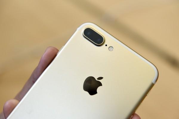 iPhone 7 Plus使用雙鏡頭是一大特色。(彭博)