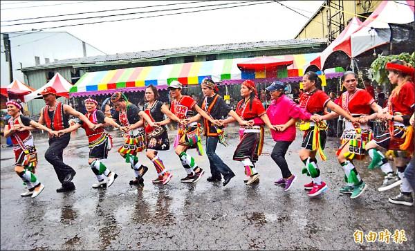 霧峰花東新村昨天舉行豐年祭傳承文化,村民不畏風雨跳著傳統舞蹈。(記者陳建志攝)