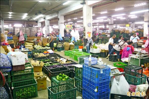連續受到莫蘭蒂及馬勒卡颱風影響,花蓮縣蔬菜到貨量少、價格高,昨天供應量僅約40公噸。(記者王峻祺攝)
