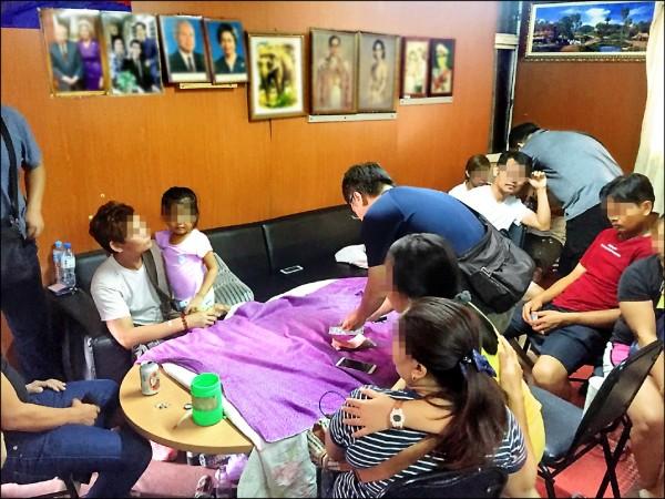 警方破賭場,赫見4歲女童在場。為保護女童,圖經特殊處理。 (記者洪臣宏翻攝)