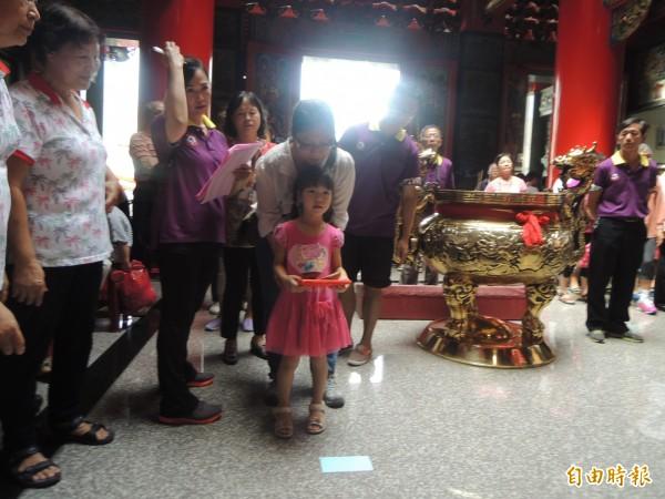 朝興宮擲筊祈福活動,吸引民眾參加。(記者張軒哲攝)