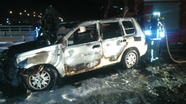 后豐大橋火燒車,車上乘客在起火前脫困。(記者張軒哲翻攝)