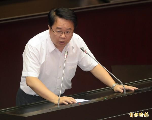 民進黨立委吳秉叡指出九二共識在台灣已被民意否決,但藍營的縣市首長卻跑去和中國附和,這可能會有不好的影響。。(資料照,記者黃耀徵攝)