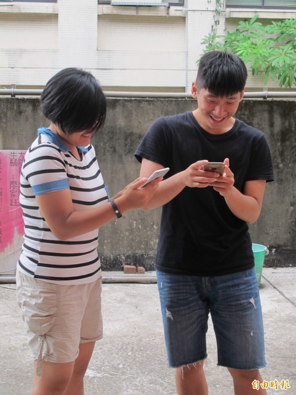 根據資策會的調查發現,台灣民眾平均每天花205分鐘滑手機,幾乎是看電視時間的兩倍。圖為情境示意,非當事人。(資料照,記者謝佳君攝)