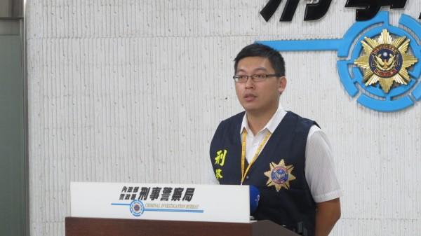 刑事局預防科偵查員陳志華說明詐騙經過。(記者姚岳宏攝)