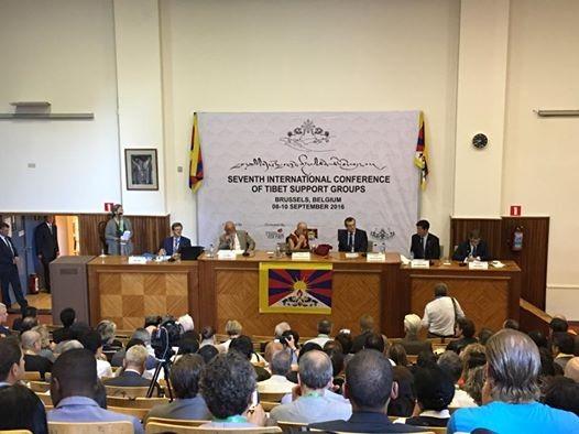 今年 9月 8日在比利時布魯塞爾舉行的聲援西藏人權大會,共有 50國參與,由達賴喇嘛(圖正中)親自揭幕。(圖擷取自黃台仰臉書)