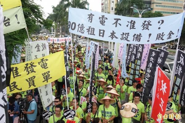 近2千名台電員工今天上午集結在監察院,抗議電業自由化將圖利財團且造成電價上漲。(記者黃耀徵攝)