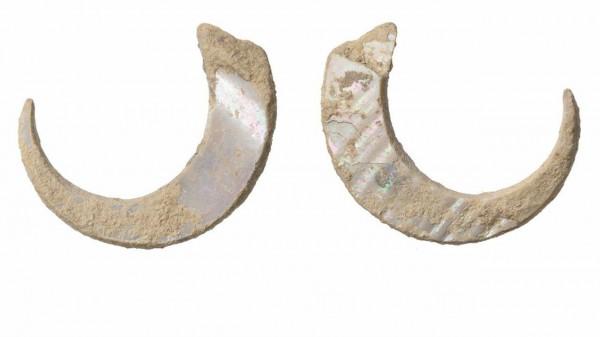 日本考古學團隊在沖繩島一個山洞中,發現了一對由海螺殼雕刻而成的魚鉤,魚鉤的年代約在2萬3千年前,是現今世上發現最古老的史前魚鉤。(圖截自BBC)