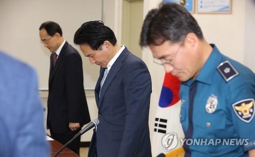 濟州道知事元喜龍(中)在19日舉行的緊急會議中,向遭中客殺死的韓國婦人默哀。(韓聯社)