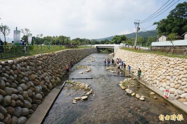 水利局在食水嵙溪中設置石滬、丁埧等提供臺灣白魚棲息躲避等空間。(記者歐素美攝)