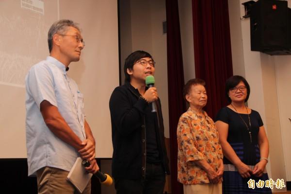 黃胤毓(左二)說,拍攝這部紀錄片最大的目的就是讓大家知道這段歷史,「我希望透過這段歷史知道有這群人的存在之外,也可以有些正面能量,因為其實這群人一直都沒被討論、理解。」(記者鍾泓良攝)