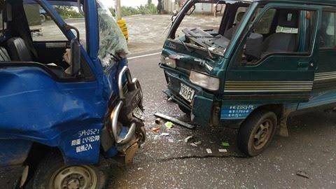 小貨車與箱型車對撞,車頭都嚴重凹陷。(民眾提供)