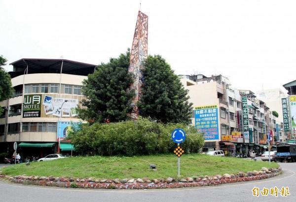 南投市區唯一圓環曾規劃921紀念碑,如今連同圓環陸續被拆除。(記者謝介裕攝)