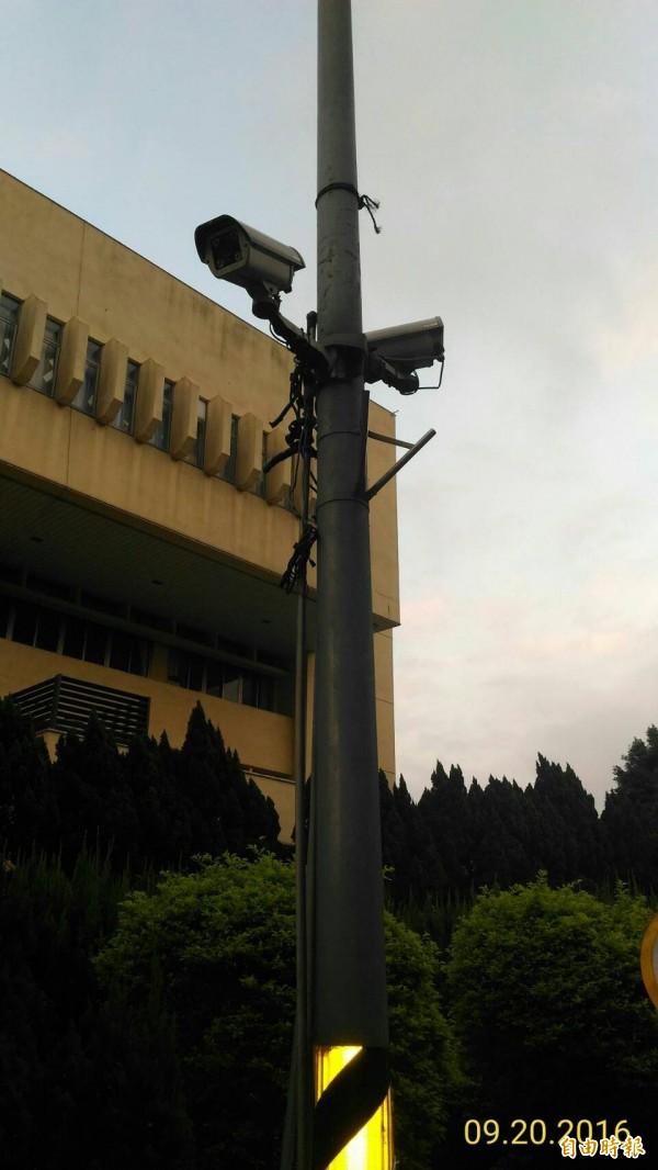 桃園市升格後,鄰里監視系統由於沒有維修經費,很多都變成裝飾品。(記者謝武雄攝)