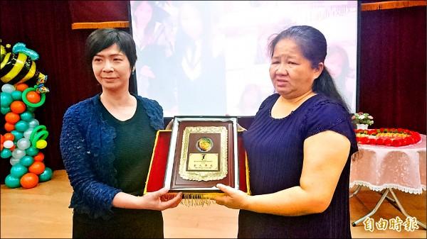 康寧大學校長黃宜純(左)追頒傑出校友給劉紫彤,由劉母劉玟華代表接受。(記者劉婉君攝)