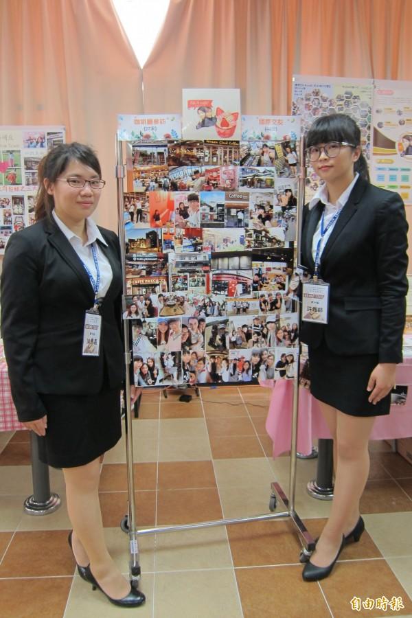 行銷與流通管理系學生洪意嘉、許雅婷,一起壯遊韓國並拜訪27家咖啡館。(記者何宗翰攝)