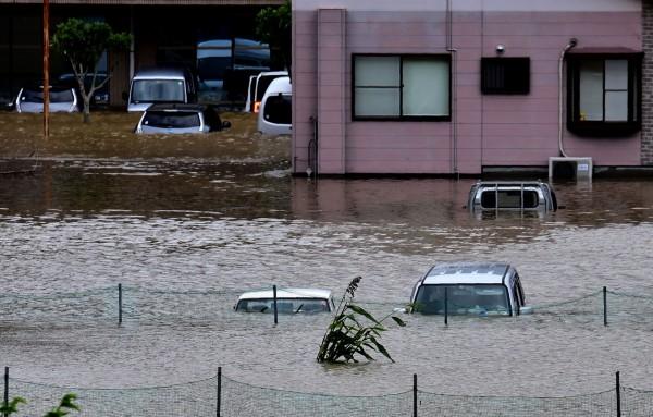 馬勒卡颱風上週過境台灣後,一路撲向日本,並於19日深夜在九州的鹿兒島縣登陸,降下破紀錄的豪雨,包含九州及四國等地都傳出許多災情。(法新社)