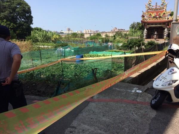 新竹市一處菜園今天上午傳出發現一枚生鏽的未爆彈,警方嚴正以對,立即封鎖現場。(記者王駿杰翻攝)