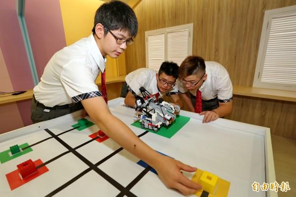 蔡馥宇、謝皓韋、戴維呈(左起)玩機器人有心得,將出國比賽。(記者蘇孟娟攝)