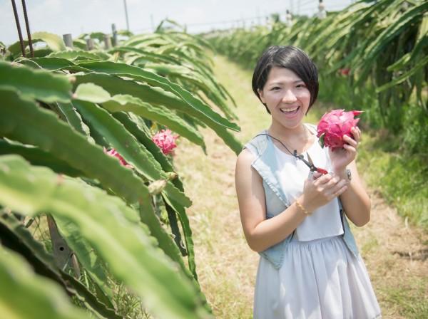 莊雅晴除了經營自己的品養品,還要到火龍果園幫忙農作。(大富紅農場提供)