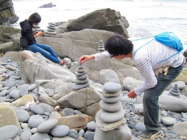 遊客疊石頭是遊保留區的玩法,從未有丟石頭儀式。(記者蔡宗憲翻攝)
