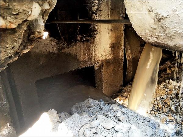 下水道涵管掉落後,所排放的污水持續沖刷,造成地基被淘空,出現寬約兩公尺的大洞。(議員陳世凱提供)
