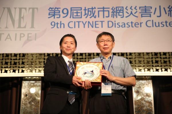 柯文哲與日本橫濱市代表:國際事務局發展與合作科科長(Masayoshi Enari)互贈紀念品。(記者姚岳宏翻攝)