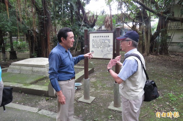 卸任總統馬英九22日到基隆市法國公墓,聽取文史工作者解說過往歷史。(記者俞肇福攝)