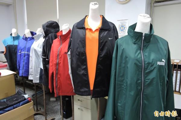 某服飾店負責人梁女與王姓女店員,為了不法牟利,透過中國淘寶網買進大量「香奈兒」、「愛迪達」、「NIKE」之衣、褲、鞋子等,被警察上網釣魚查獲。圖為他案仿冒服飾,與本案無關。(資料照,記者何宗翰攝)