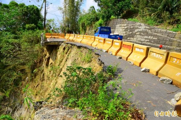 因4次流標,龍崎區的南162線小年夜地震毀損迄今,仍無法進行修復。(記者吳俊鋒攝)