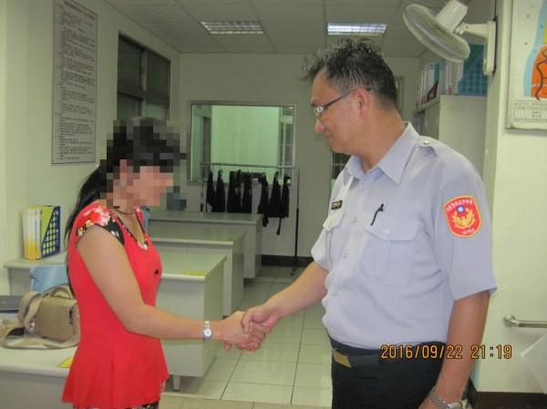 阮女保住積蓄感謝和平分局員警幫忙。(記者歐素美翻攝)
