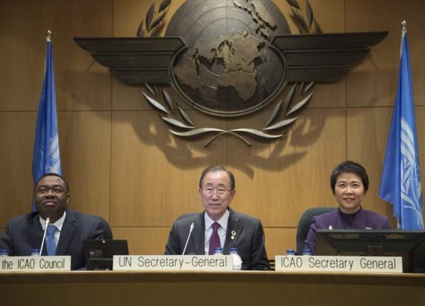 ICAO依照聯合國一中原則,不邀台灣參加大會。圖為聯合國秘書長潘基文(中)、ICAO主席阿里尤(左)、ICAO秘書長柳芳(右)。(美聯社)