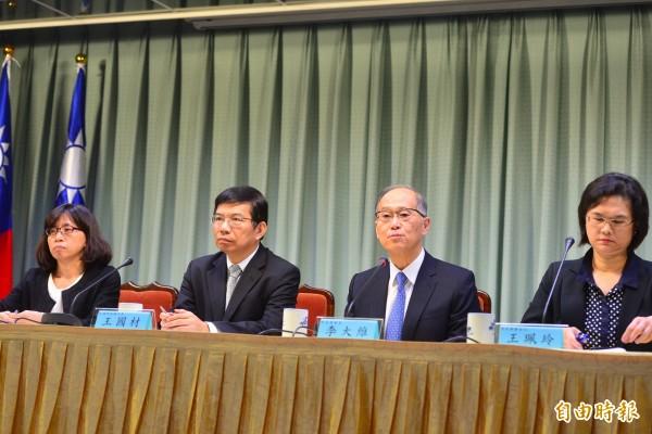針對台灣沒收到國際民航組織(ICAO)邀請函,外交部長李大維(右二)今天在外交部一樓新聞中心召開記者會說明。(記者王藝菘攝)