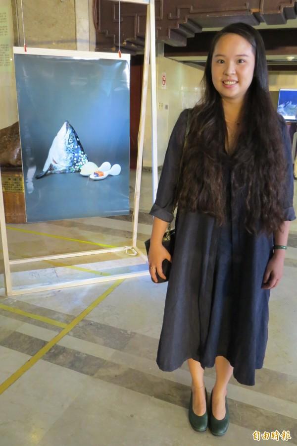 「夜視。基隆港」23日下午在基隆市立文化中心開展,藝術家程仁珮解釋作品「醬汁慕斯-香料熟成爍鮭」,背後有著對環境的探討。(記者俞肇福攝)