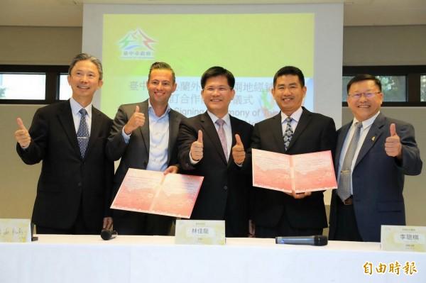 墩南合作農場理事主席李聰棋(右2)與GREENEX公司經理Joost de Kok(左2)在台中市長林佳龍(左3)見證下簽署合作備忘錄。(記者張菁雅攝)