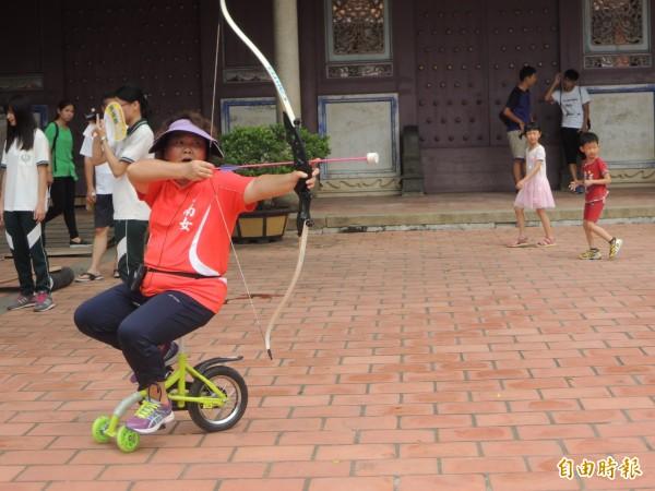 孔廟文化節系列活動,老師騎單輪車教射箭。(記者洪瑞琴攝)