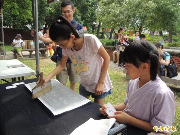 孔廟文化節系列活動,拓印DIY體驗。(記者洪瑞琴攝)