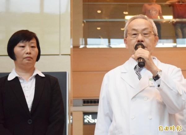台北醫學大學營養學院籌備處主任趙振瑞(右)表示,不建議多吃椰子油,缺點比優點多,恐增加心血管疾病的風險。(資料照,記者陳韋宗攝)