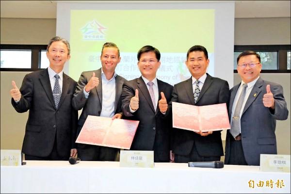 墩南合作農場理事主席李聰棋(右二)與GREENEX公司經理Joost de Kok(左二)在台中市長林佳龍(左三)見證下簽署合作備忘錄。(記者張菁雅攝)