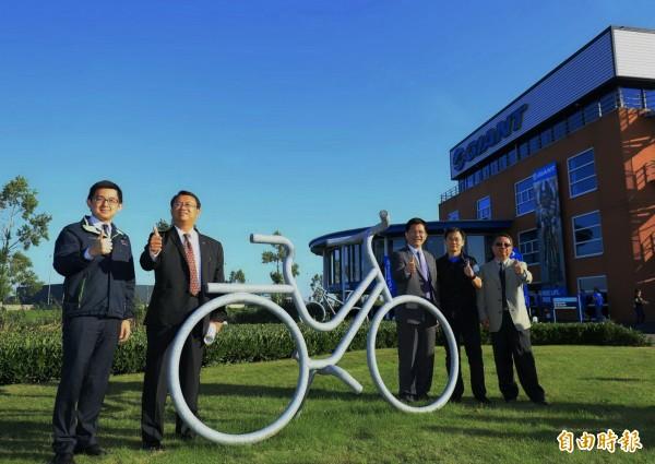 台中市長林佳龍(右3)率團至捷安特歐洲分公司參訪。(記者張菁雅攝)