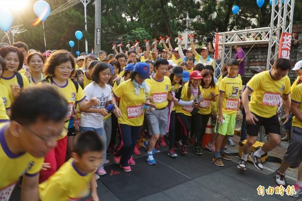 第1屆熊麻吉全國公益路跑,今天在新竹縣湖光山色的峨眉湖周邊登場,活動兼具健身、賞景與奉獻愛心,吸引了超過6000名親子參加。(記者廖雪茹攝)