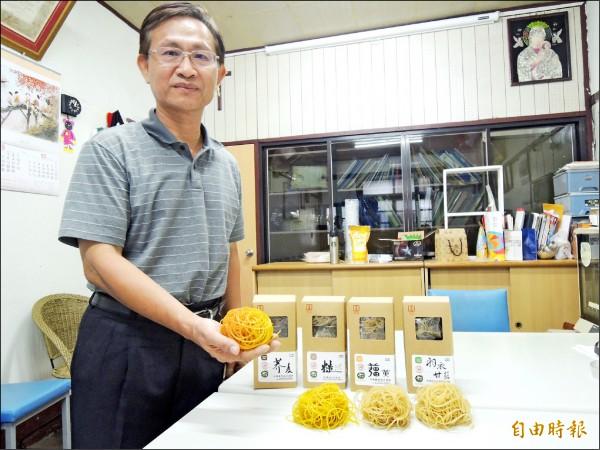 吳全斌堅持製作純糙米無添加的「糙米米粉」及「糙米麵條」。(記者廖淑玲攝)