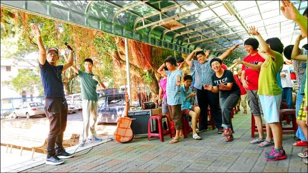 藝人任賢齊昨晨現身新竹縣關西鎮華光智能發展中心,扮演大孩子帶動唱,陪院生度過愉快的假日晨光。(華光提供)