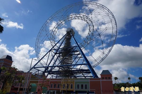 麗寶樂園利用與色彩繽紛Outlet Mall的建築體共構,打造全台最大的超級摩天輪。(記者歐素美攝)