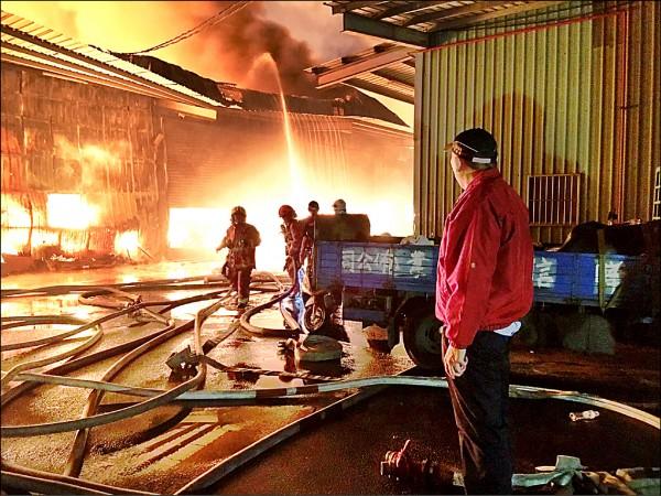 新北泰山區大火,消防局長黃德清到場指揮調度。 (記者游承霖翻攝)