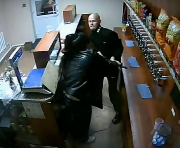 女店員奮勇與歹徒搏鬥。(翻攝影片)