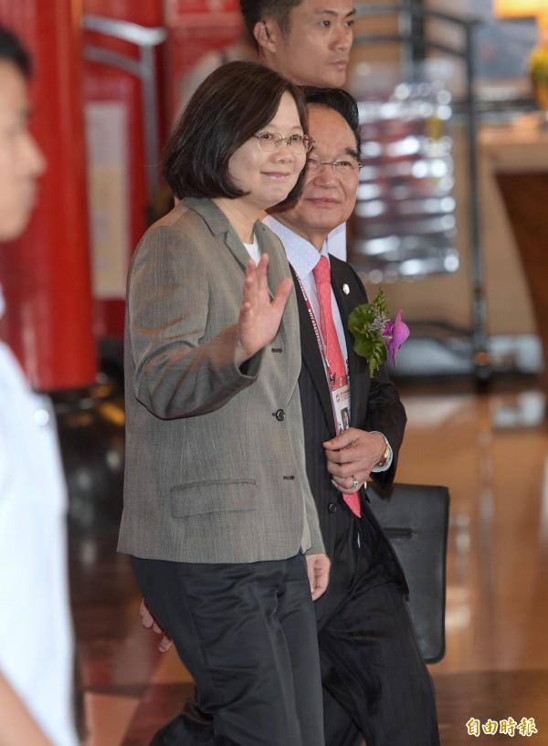 台灣民意基金會民調,指蔡總統執政 4個月,聲望下降25.2%。(記者張嘉明攝)