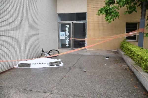 死者墜樓時撞到腳踏車,黑色鞋子掉在身旁。(記者張瑞楨翻攝)