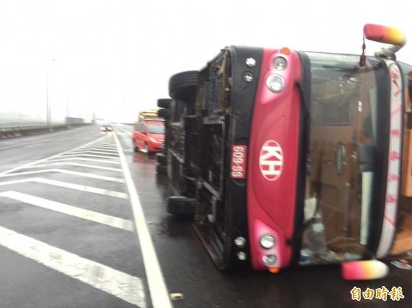 承載31位日本遊客的遊覽車,在二高北上197公里處被強風吹翻 。(記者湯世名攝)
